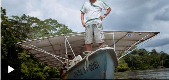 La canoa solar comunitaria que hicieron los achuar en Ecuador.