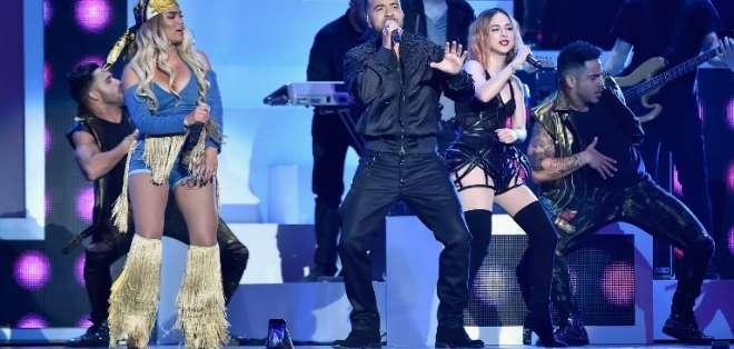 El primer premió de la noche fue para Luis Fonsi y Daddy Yankee. - Foto: AFP