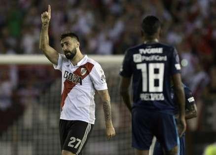 Lucas Pratto (i.) hizo el primero de los dos goles de River. Foto: JUAN MABROMATA / AFP