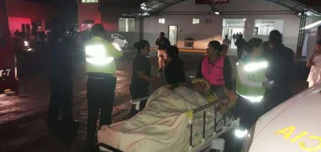 Pacientes y médicos fueron evacuados la noche del domingo tras llamada de amenaza. Foto: Twitter Policía