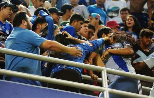 Las peleas entre aficionados 'azules' han sido constantes en la general Quito. Foto: API
