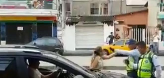 Captura del video donde se evidencia la agresión.Vía twitter.