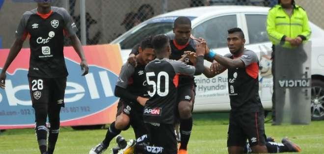 AMBATO, Ecuador.- Los jugadores de Aucas celebran el único gol del partido anotado en el segundo tiempo. Foto: API