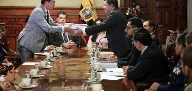 Ricardo, hermano de Paúl Rivas, recibe la documentación de manos de Sebastián Roldán, portavoz de Moreno. Foto: Secom.