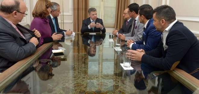 Mandatario colombiano se reunió en Bogotá con familiares del equipo periodístico de El Comercio. Foto: Twitter @CancilleriaEc