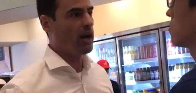El hombre amenazó a trabajadores de un restaurante por hablar en español.
