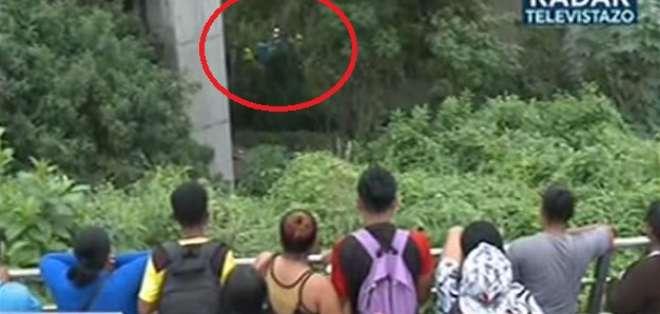 Hombre murió tras caer de un cerro en la vía Perimetral en Guayaquil. Foto: captura de video