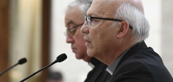 Luis Fernando Ramos Pérez (R) y Juan Ignacio González dan una conferencia de prensa en el Vaticano. Foto: AFP