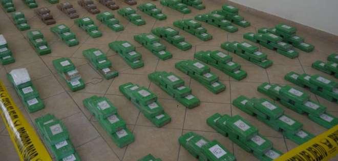 """En el operativo """"Odisea"""" se hallaron 330 paquetes tipo ladrillo en 6 sacos de yute. Foto: Min. Del Interior"""