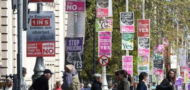 La Constitución de Irlanda reconoce el mismo derecho a la vida a la madre y al feto.