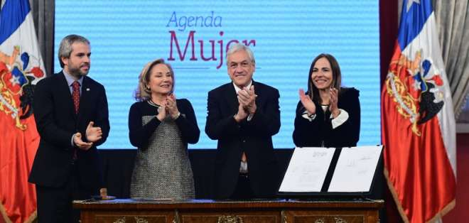 Piñera firma proyecto de reforma sobre derechos de las mujeres en Chile. Foto: Tomado de Agencia Uno