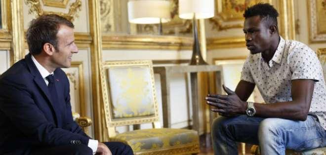 Macron recibió a Gassama en la oficina de gobierno. Foto:AP