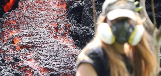 Una mujer camina junto a una fisura causada por la irupción del volcán Kilauea. Foto: GETTY IMAGES