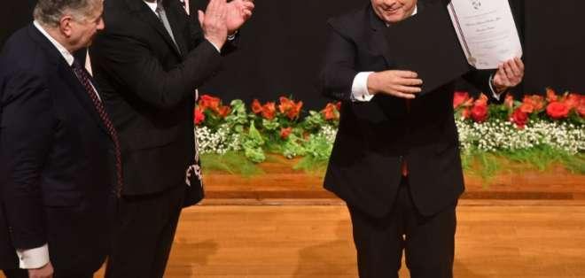 Cartes (derecha) obtuvo un fallo del Supremo que le permite ser senador. Foto: AFP