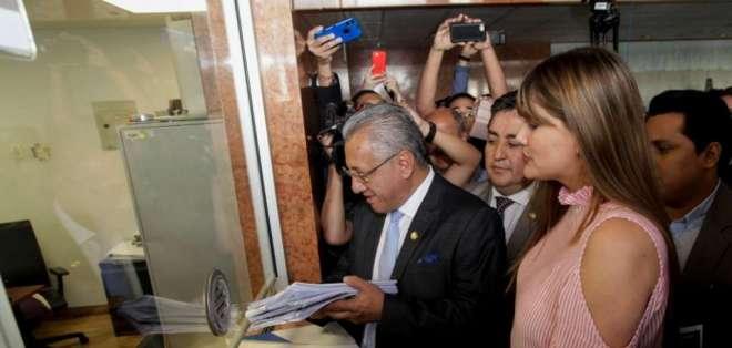 QUITO, Ecuador.- Con 59 firmas de respaldo, asambleístas de varias bancadas formalizaron la solicitud. Foto: API