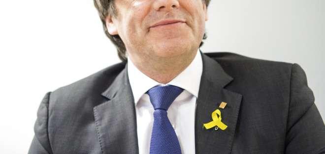 El expresidente catalán Carles Puigdemont sonríe durante una reunión con legisladores de su partido. Foto: AP
