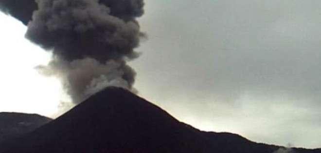 Vista del volcán Reventador mientras emite ceniza, captada el 21 de mayo. Foto: Geofísico.