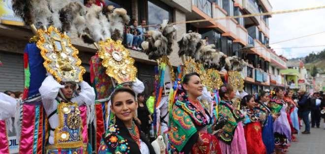 Danzantes llevan atuendos llamativos durante el desfile del Corpus Christi en Pujilí. Foto: Twitter Cultura Ecuador.