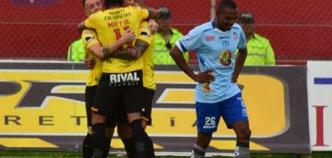 AMBATO, Ecuador.- Los jugadores de Barcelona celebran el autogol de Macará. Foto: API