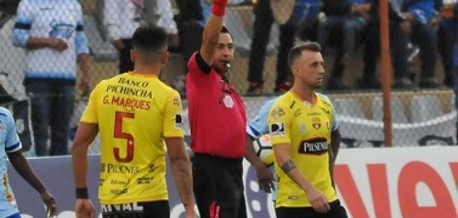 AMBATO, Ecuador.- Damián Díaz recibió una tarjeta amarilla luego de una discusión con Jason Domínguez (Macará). Foto: API