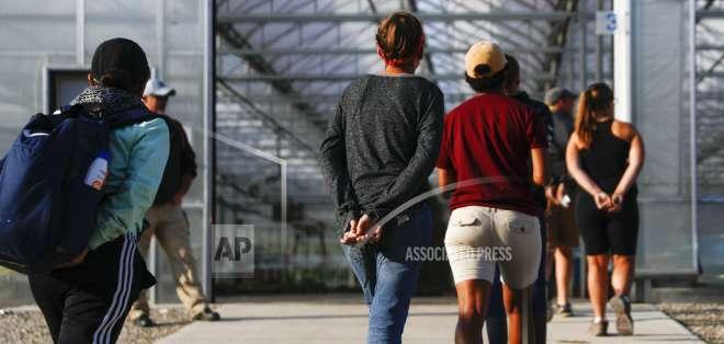 Arrestan a 114 trabajadores en redada migrante en Ohio. Foto: AP