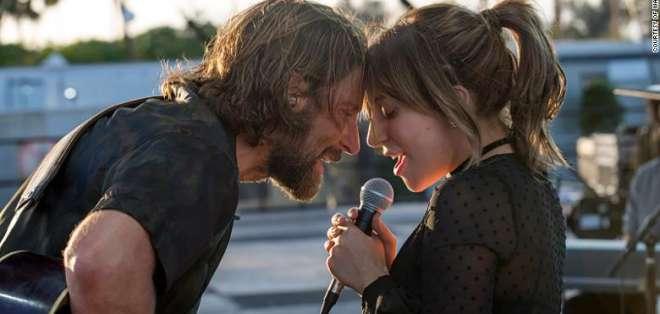 Las dos estrellas juntas en una escena del remake 2018. - Foto: CNN