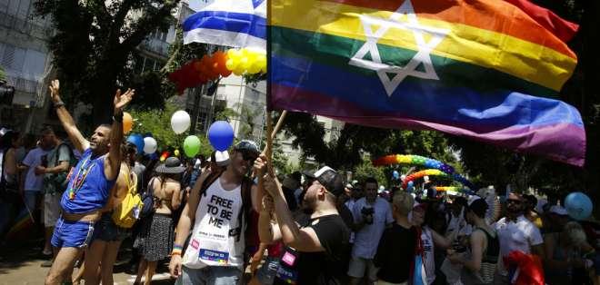 Israelíes y turistas ondean banderas durante el desfile de orgullo gay en Tel Aviv, Israel, el viernes 8 de junio de 201Foto: AP