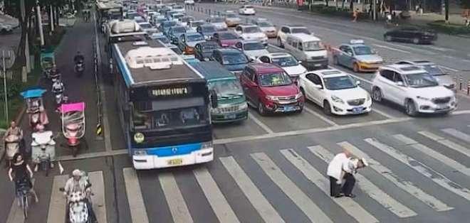 El oficial usa una manera diferente de ayudarlo a cruzar la calle. - Foto: Video