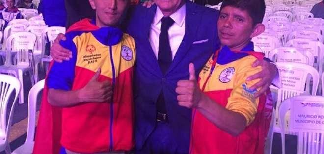 QUITO, Ecuador.- Héctor Cueva, fundador de Olimpiadas Especiales junto a dos atletas de la provincia de Napo. Foto: Ecuavisa
