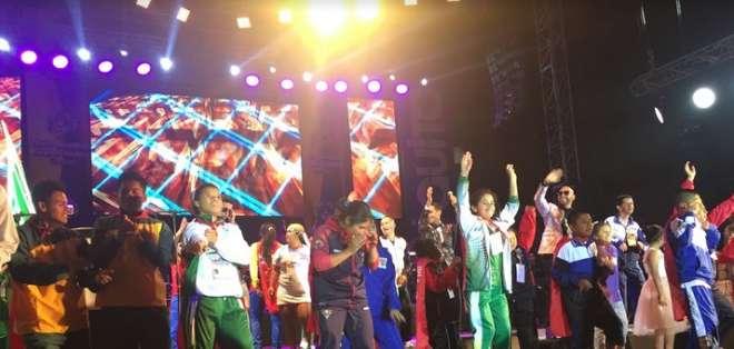 QUITO, Ecuador.- Los deportistas bailando en el escenario durante la inauguración. Foto: Ecuavisa