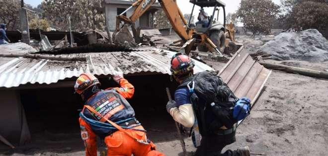 Socorristas entraron a comunidad devastada por la violenta erupción del volcán de Fuego. Foto: AFP