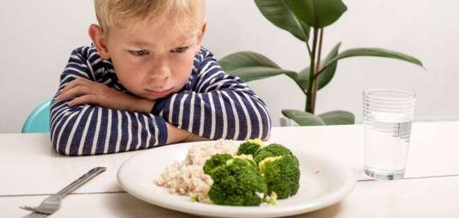 Muchos niños rechazan algunos alimentos sanos, pero es posible modificar sus hábitos alimenticios.