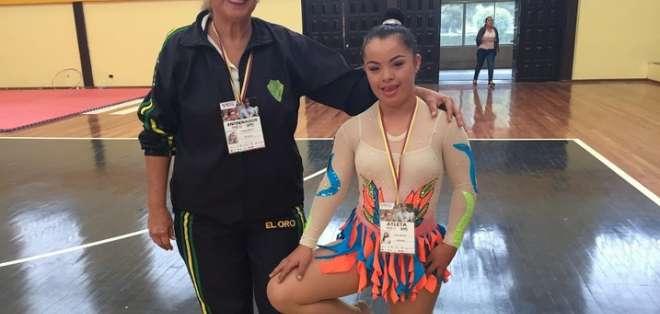 QUITO, Ecuador.- Allison Macías junto a su entrenadora de gimnasia de la provincia de El Oro. Foto: Ecuavisa