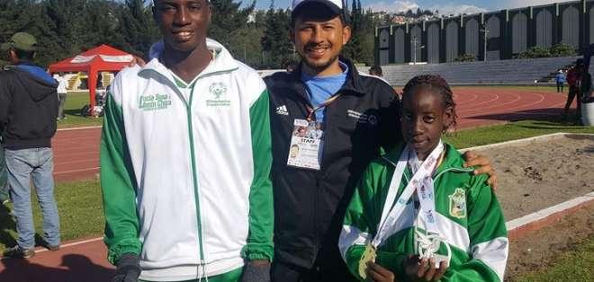 QUITO, Ecuador.- Esteban Navarrete, organizador del evento junto a dos atletas de Esmeraldas. Foto: Ecuavisa