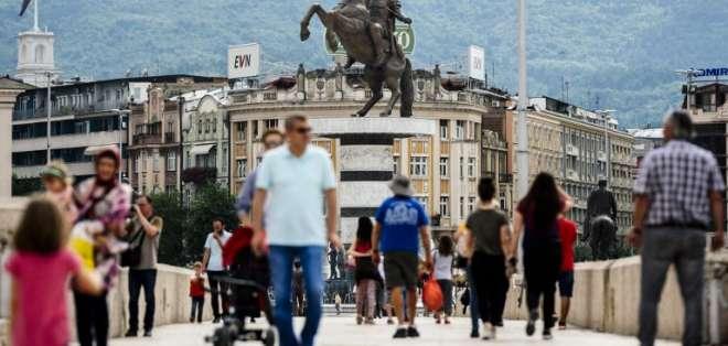 El puente que une ambas repúblicas termina en una estatua de Alejandro Magno. Foto: AFP
