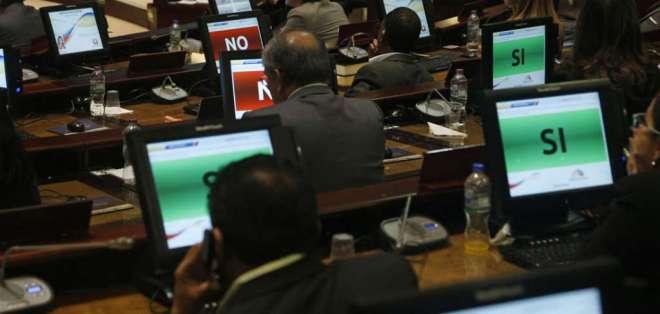 QUITO, Ecuador.- El legislador Fernando Burbano pidió tratar el tema, pero la sesión se mantiene para el jueves. Foto: API
