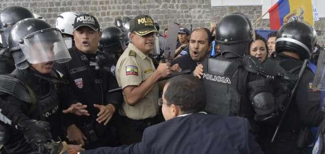 Choque de simpatizantes de Rafael Correa con miembros de la Policía Nacional. Foto: AFP.