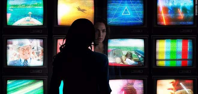 """Escena de """"Wonder Woman 1984"""", donde los televisores representan momentos icónicos de la cultura pop de la época. - Foto: CNN"""