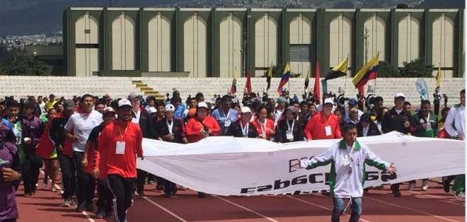 QUITO, Ecuador.- Durante la clausura los atletas recorrieron la pista con la bandera de Olimpiadas Especiales. Foto: Ecuavisa