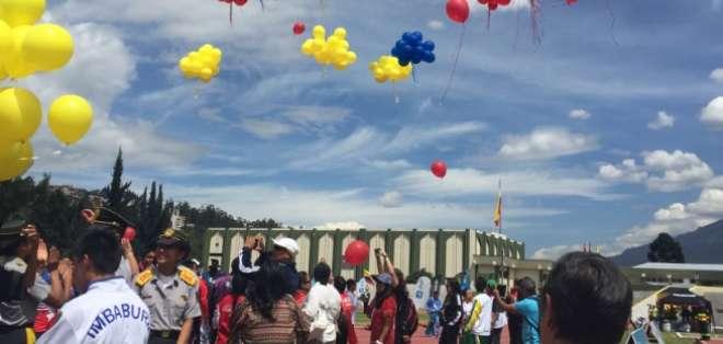 QUITO, Ecuador.- Al concluir la ceremonia, como parte de la tradición, cientos de globos fueron lanzados al aire. Foto: Ecuavisa
