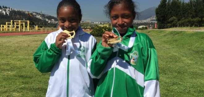 QUITO, Ecuador.- Dos seleccionadas de Esmeraldas recibieron sus medallas en fútbol. Foto: Ecuavisa
