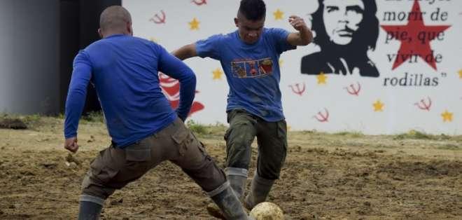 """Ex rebeldes de las FARC juegan fútbol en la zona desarmada """"Antonio Nariño"""". Foto: AFP"""