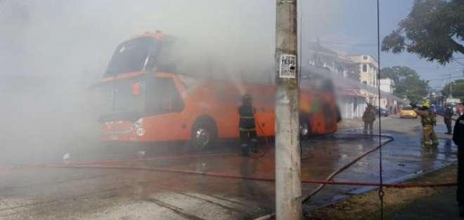 No se registraron personas heridas, solo daños materiales del bus de la cooperativa TransEsmeraldas.  Foto: Twitter