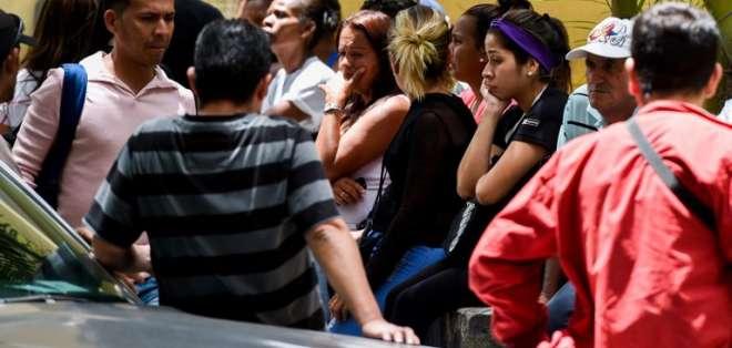 Los familiares de las víctimas del club nocturno donde se detonó una granada de gas lacrimógeno afuera de la morgue. Foto: AFP