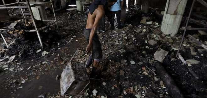 Un grupo armado incendió una vivienda. Foto: AFP