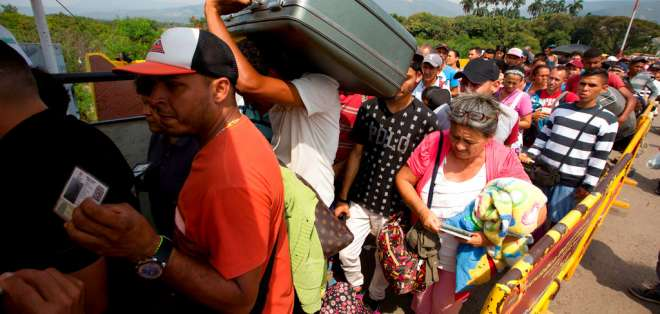 Una multitud de venezolanos cruza el puente internacional Simón Bolívar para ingresar a Colombia, en febrero. Foto: Archivo AP