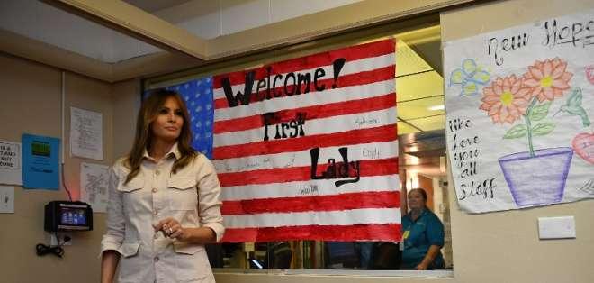 Melania Trump realiza sorpresiva visita a la frontera con México. Foto: AFP