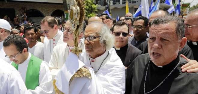 """Religiosos ingresaron a plaza de Monimbó entre gritos de """"queremos la paz"""". Foto: AFP"""