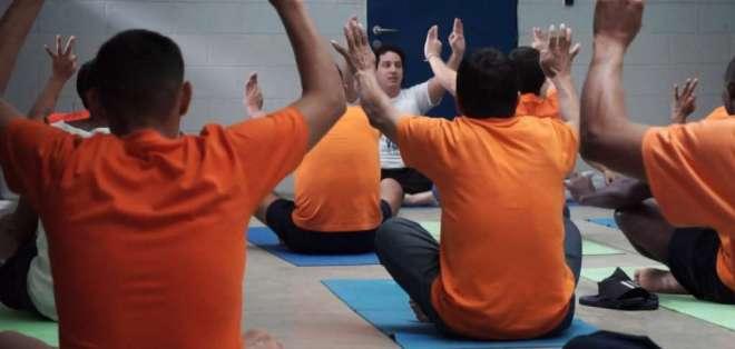 Cerca de 240 reos se benefician del programa 'Yoga en la cárcel' del Municipio de Guayaquil. Foto: Ecuavisa