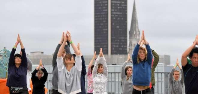 La gente asiste a una sesión de yoga organizada por la asociación Nava Yoga Nantes en una azotea de Francia. Foto: AFP